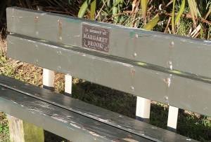 Sitzbank mit Widmung bei Muriwai