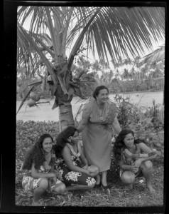 Aggie Grey mit samoanischen Schönheiten (ATL WA-31500-F)