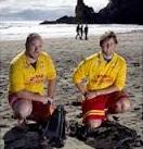Logan Adams und Chris O'Neill am Strand von Piha