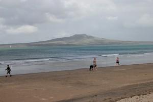 Ein Teil des Takapuna Literary Walk führt über den Strand