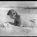 Unbekannte Lesende auf Norfolk Island 1949; ATL WA-23185-G