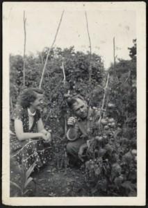 Frank Sargeson mit Christine Cole in seinem Gemüsegarten