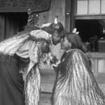 Maorifrauen beim Hongi ca. 1905 [courtesy ATL Wellington Ref: 1/1-021480-G]