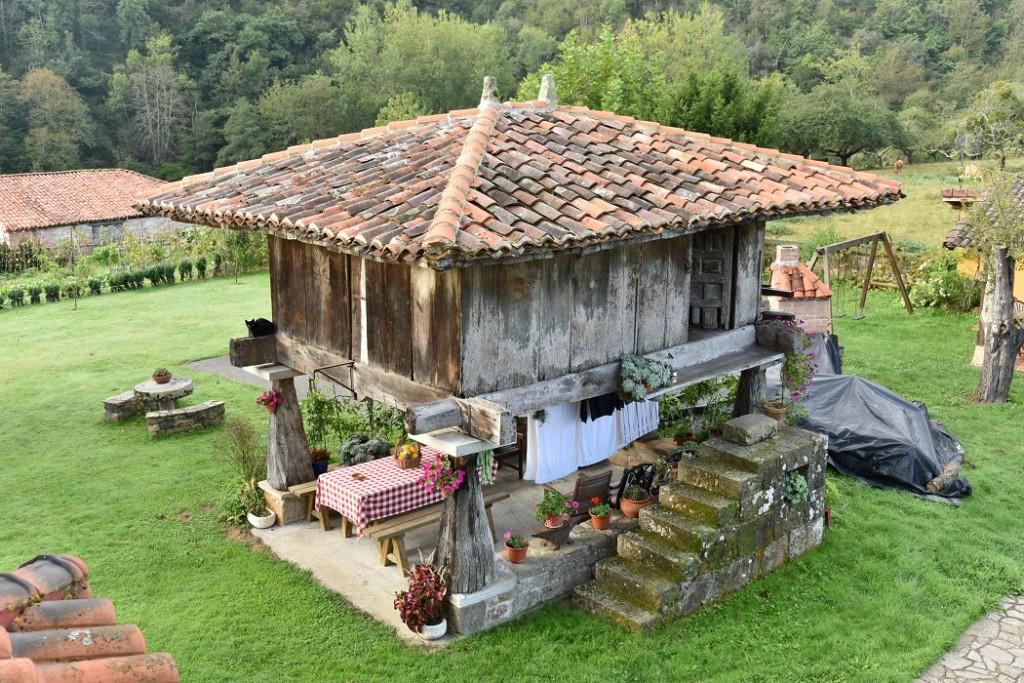 Ein 'horreo' in Asturias, Spanien, das dieselbe Funktion erfüllt wie ein pataka der Maori (c) NZ2Go.de