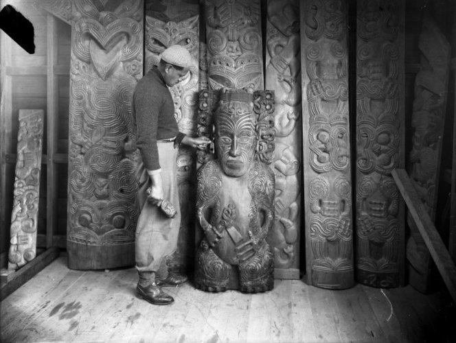 Pine Taiapa mit einigen Schnitzereien ca. 1940 (c) ATL Wellington
