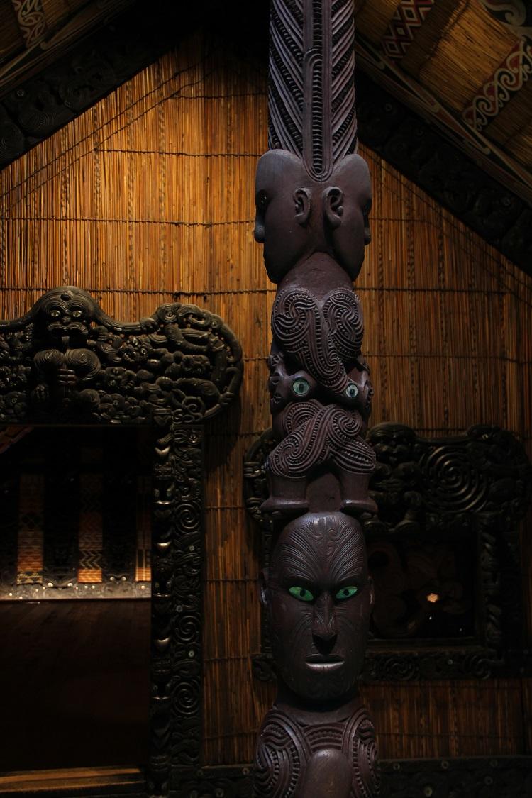 Potou Aroaro, der zentrale Pfahl der an einigen whare die Veranda stützt. (c) NZ2Go.de