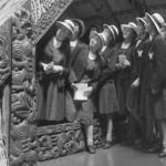 Schülerinnen bestaunen ein Whare Whakairo