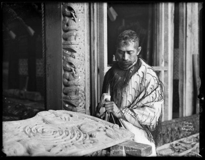 Tohunga Whakairo Tene Waitere in traditionellem Gewand, ca. 1905. (c) ATL Wellington